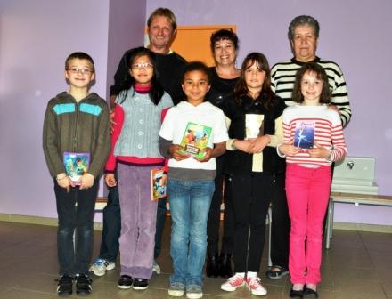 Les Lauréats auront bien mérité les honneurs !De gauche à droite, Dominique, Sylvie et Josette  chez les adultes, et Théo, Ashley, Ketlhyn, Lisa et Lise chez les élèves.